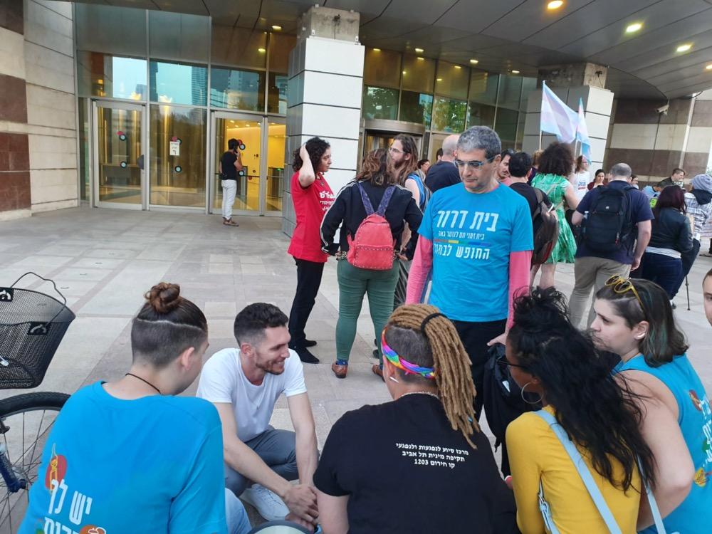 הפגנה מחוץ לכותלי משרד החינוך. בני הנוער בשיחה עם חכ עידן רול