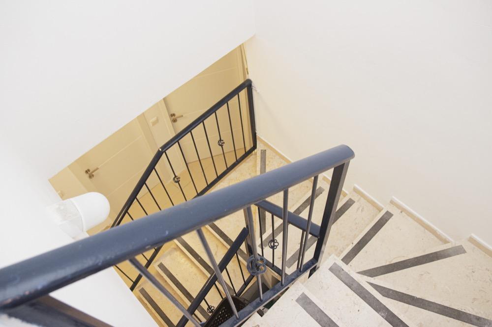מדרגות ירידה לקומת טיפול