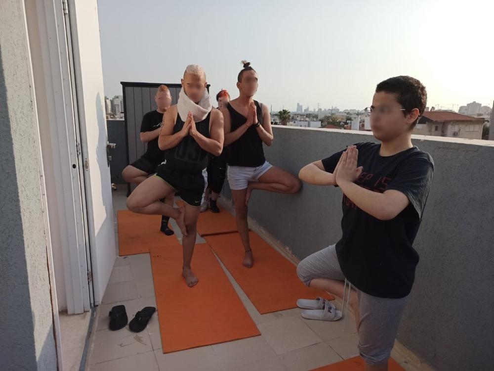עושים יוגה על הגג